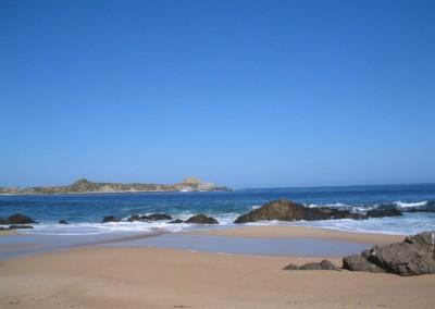 El promontorio desde la playa grande.